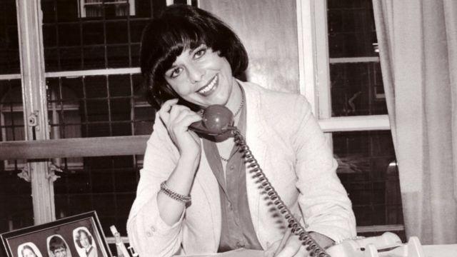 На этой фотографии она за своим рабочим столом в Daily Mail в начале 1980-х