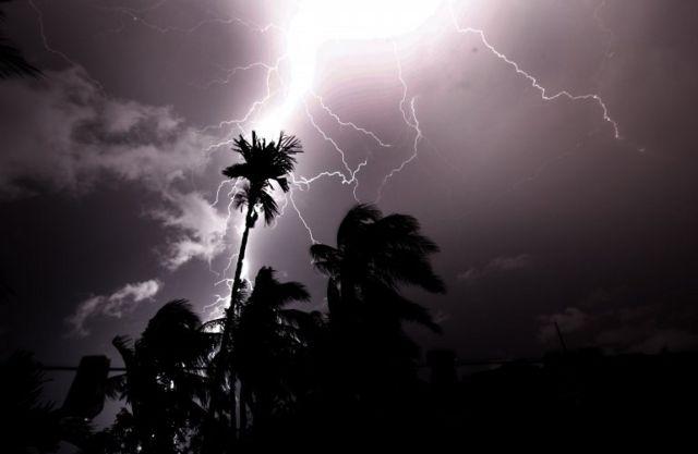 မိုးကြိုးပစ်နေပုံ