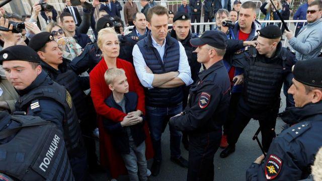 Навальный с семьей в окружении полиции