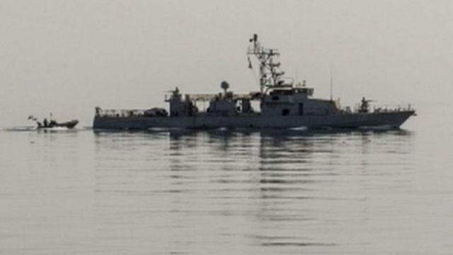 Markabka USS Thunderbolt oo taagan biyaha Gacanka