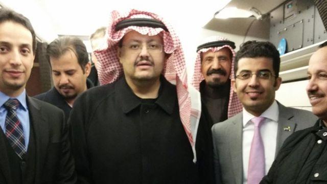 O príncipe Sultan bin Turki, no centro