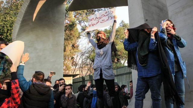 Tahran Üniversitesi'nde de küçük gruplar toplandı.
