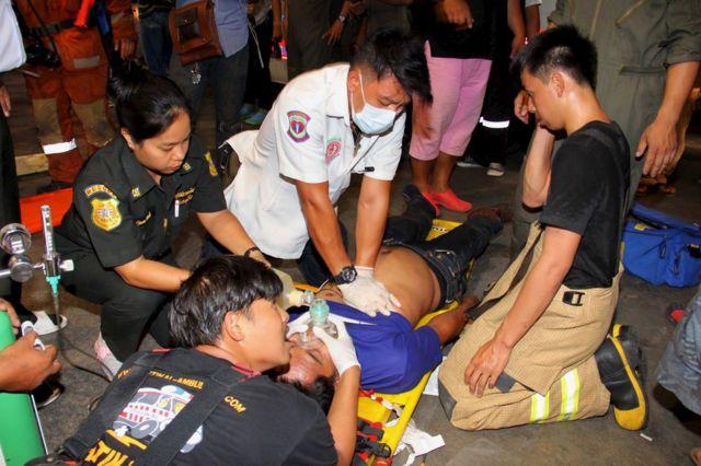 負傷者を救命する救急隊(13日、タイ・バンコク)