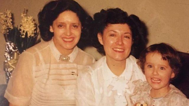 Anita, a filha e a neta posam juntas para foto