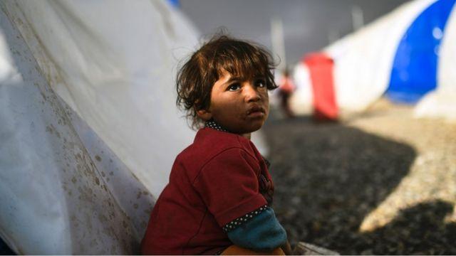 طفلة عراقية نازحة مصورة في مخيم للاجئين يوم 22 أكتوبر/ تشرين الأول 2016 في مدينة القيارة، جنوب الموصل، خلال عملية لاستعادة مدينة الموصل من تنظيم الدولة الاسلامية