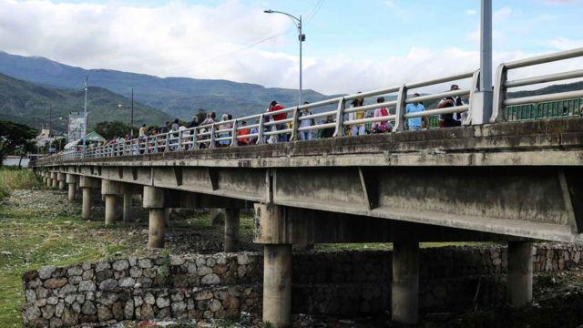 Ponte na fronteira entre Venezuela e Colômbia