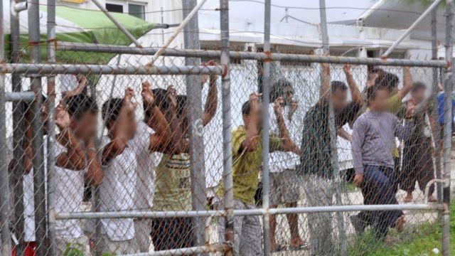 Pencari suaka di belakang pagar di pusat penahanan Pulau Manus, Papua Nugini, 21 Maret 2014