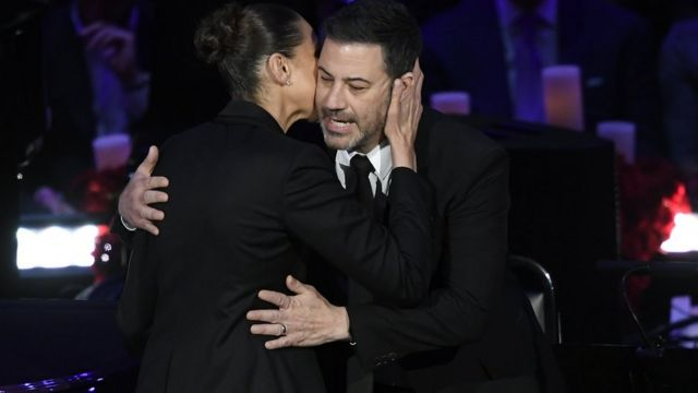 Diana Taurasi y Jimmy Kimmel se abrazan durante el evento tributo a Kobe Bryant.