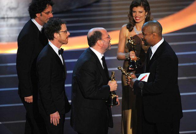 """Дензел Вашингтон вручает продюсеру Скотту Рудину и братьям Коэнам """"Оскара"""" за лучший фильм за картину """"Старикам тут не место"""". Лос-Анджелес, 24 февраля 2008 г."""