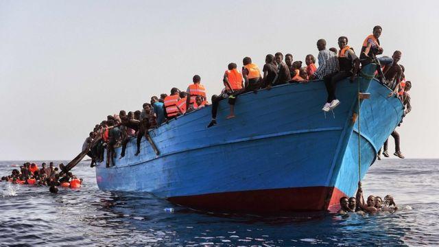Los inmigrantes viajaban en una embarcación de madera