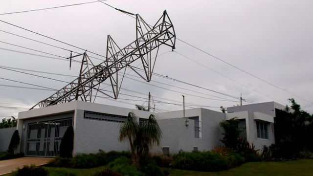 Una torre de electricidad derribada por el huracán María.