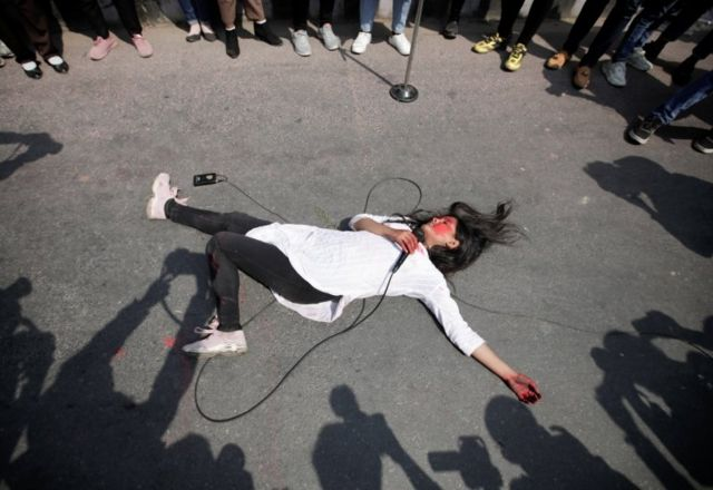 نمایش خیابانی درباره خشونت علیه زنان در کاتماندو در نپال