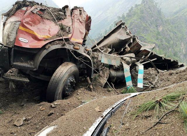 हिमाचल प्रदेश के किन्नौर में 11 अगस्त 2021 (बुधवार) को पहाड़ दरकने से निकले बोल्डर और मलबे की चपेट में आया एक वाहन