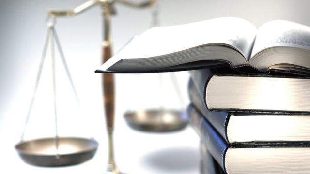 设计图片:法律书籍与天平