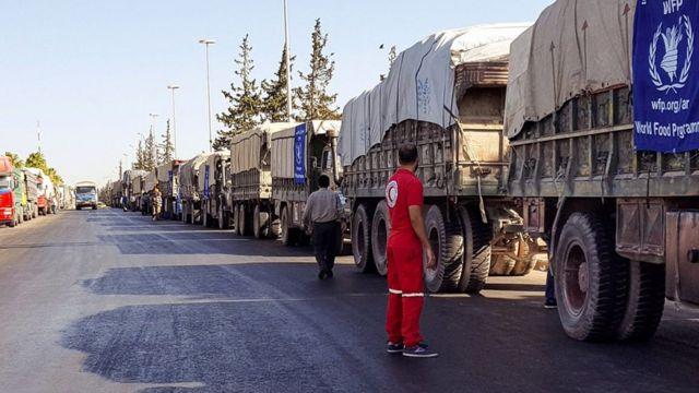 アレッポ西部に人道援助を運ぼうとしていたトラック31台(19日)