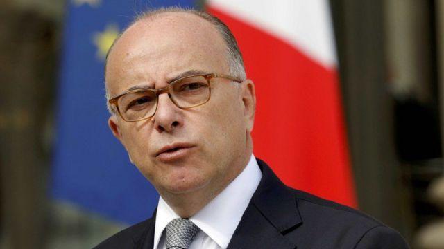 Le ministre de l'Intérieur Bernard Cazeneuve remplace Manuel Valls qui a annoncé sa candidature à la présidentielle.