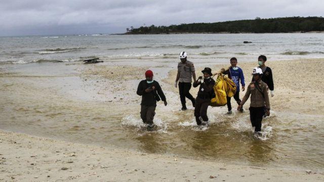 Tim gabungan mengangkut jenazah yang ditemukan di laut sekitar Tanjung Lesung, 25 December kemarin..