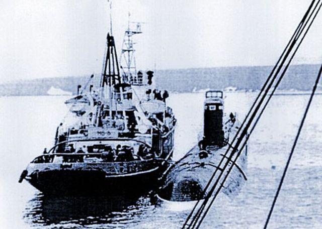 Sub K-27 siendo remolcado antes de ser hundido en Novaya Zemlya, 1981