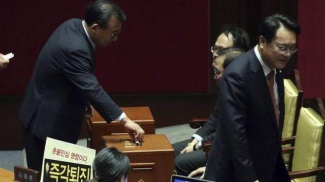 نواب البرلمان يشاركون في عملية التصويت