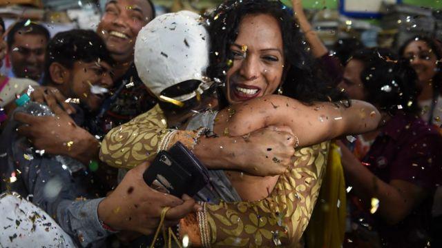 Activistas de la comunidad LGBT celebran el histórico fallo de la Corte Suprema en India.