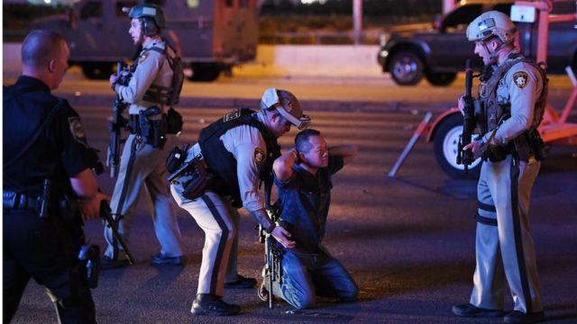 Policía arrestando a un hombre