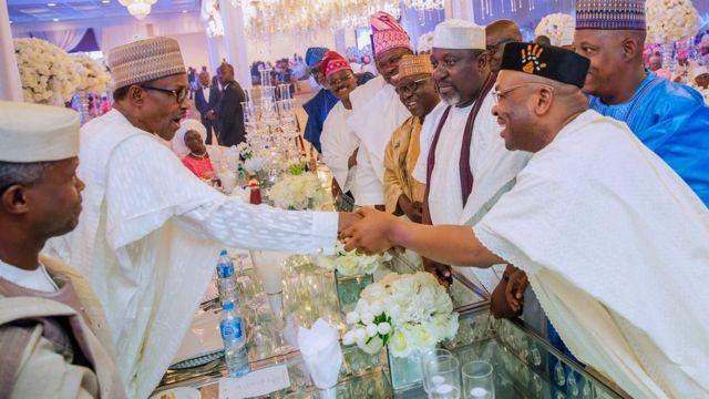 Aarẹ Buhari pẹlu awọn alejo nibi igbeyawo ọmọ igbakeji Aarẹ, Yẹmi Ọsinbajo