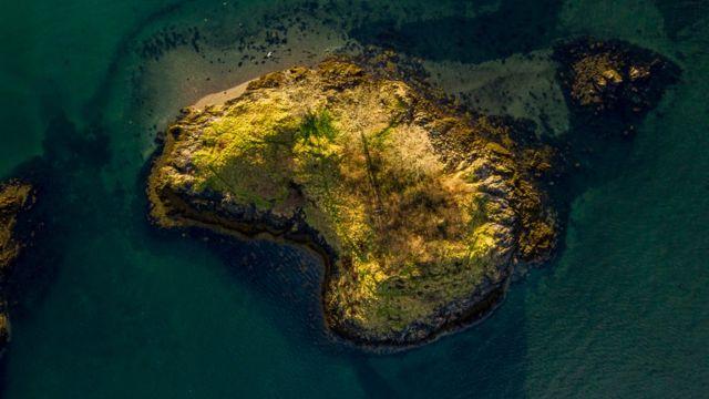 Небольшой необитаемый остров у берегов Шотландии, вид с воздуха
