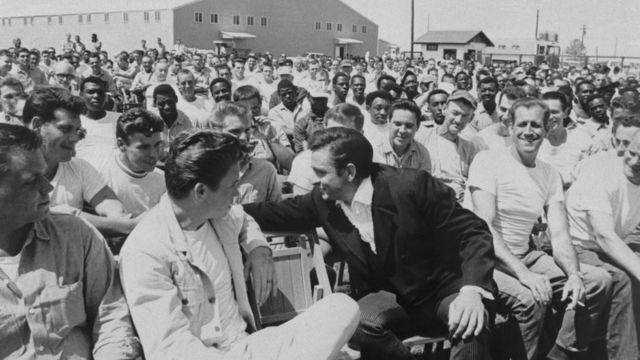 Свой среди заключенных - вместе со зрителями после одного из тюремных концертов. Тюрьма Камминз, штат Арканзас, 10 апреля 1969 г.