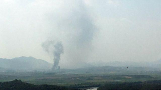 爆炸现场冒出的浓烟。