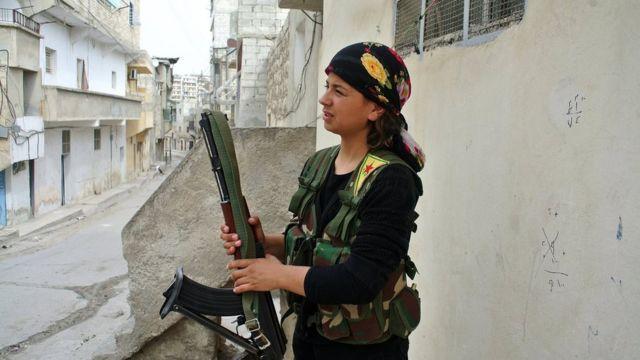 مقاتلة في صفوف وحدات حماية المرأة الكردية