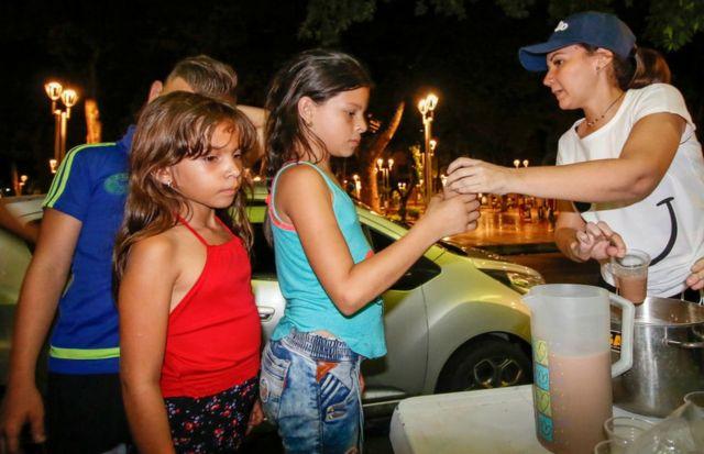 Una vecina de Cúcuta reparte comida a familias venezolanas.