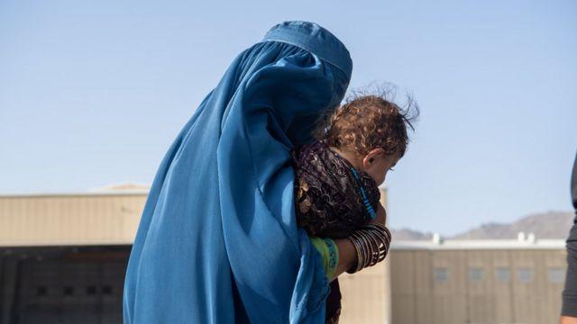 Женщина покидает Афганистан