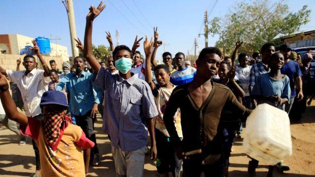 Manifestantes marchan en Jartum durante protestas antigubernamentales en enero de 2019.