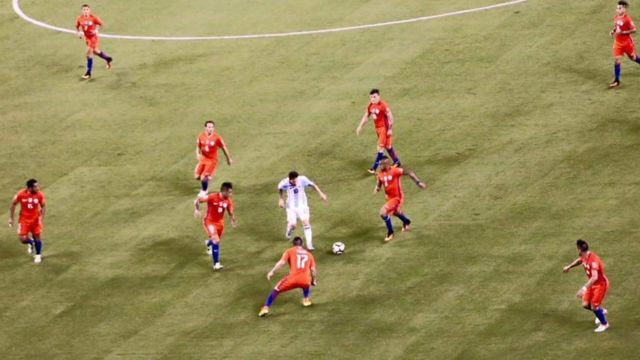 Messi Rodeado de nueve jugadores de Chile.
