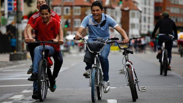 Jóvenes en bicicleta