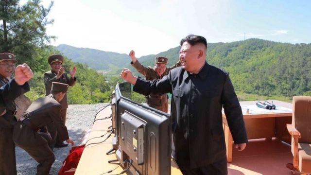 国営・朝鮮中央通信(KCNA)は4日、「火星14」の打ち上げ成功を喜ぶ金正恩・朝鮮労働党委員長として、この写真を配信した