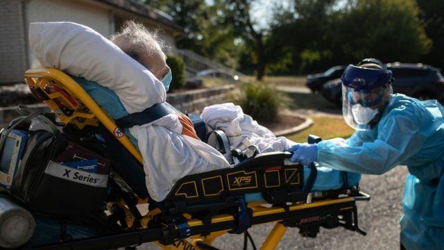 Traslado de un paciente con covid en Austin, Texas.