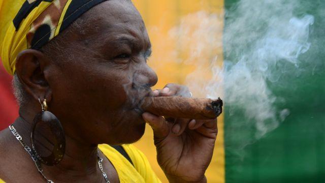 Mujer fuma un puro en Honduras.