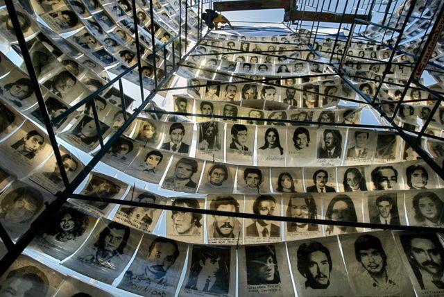 Torre con fotos de personas que desparecieron durante el régimen militar argentino.