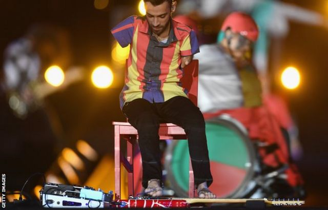 Johnatha Bastos played an electric guitar with his feet during the closing ceremony