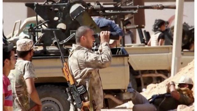 Des éléments des forces loyalistes libyennes en patrouille