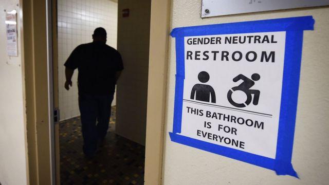 Bazı okullarda artık cinsiyetlere göre ayrılmayan uniseks tuvaletler var