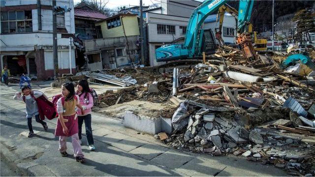 Fukuşima depremi sonrasında okula giden çocuklar