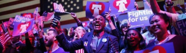 フィラデルフィアで開かれた集会で予備選の結果を待つクリントン支持者たち(26日、ペンシルベニア州)