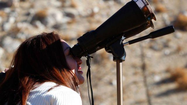Persona viendo el eclipse de julio de 2019 desde Chile.