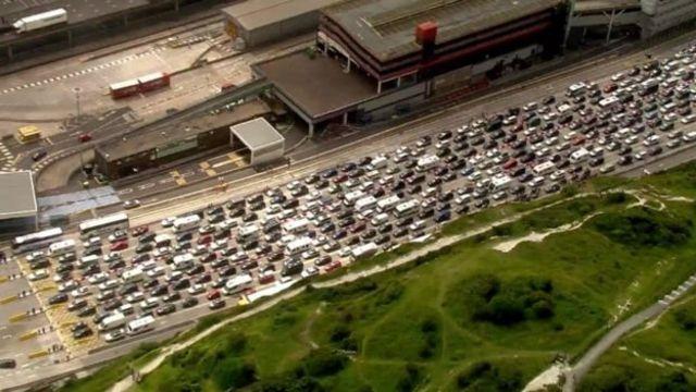 Британские автомобилисты застряли в многочасовых пробках в ожидании парома из Дувра из-за усиленных мер безопасности на французской границе