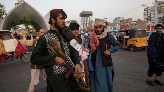 हेरातमा गस्ती गर्दै तालिबान लडाकु