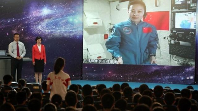 중국의 여성 우주 비행사 왕아평은 톈궁 1호 우주정거장에서 학생들과 화상대화를 갖기도 했다