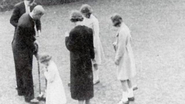 الأمير فيليب يلعب الكروكيت في حضور الأميرة إليزابيث. وكان عمرها آنذاك 13 عاما
