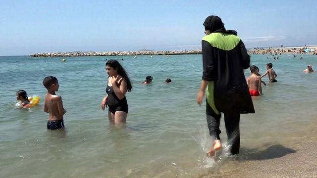 """Женщина в """"буркини"""" на пляже во Франции"""